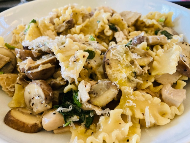 Pasta with basil, mushrooms and chicken